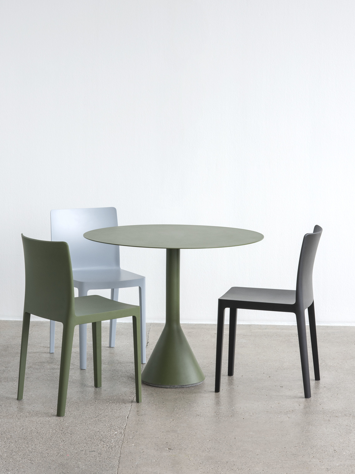 Elementaire Chair antracite olive blue grey_Palissade Cone Table olive.jpg