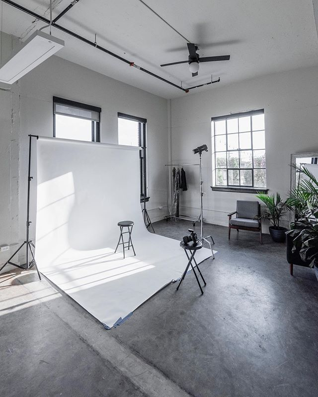 Don't forget we have 2 studios to choose from. Achroma Loft  is perfect for lifestyle and various other portraits. It gets great natural light 📸 @georgecastillo_photo