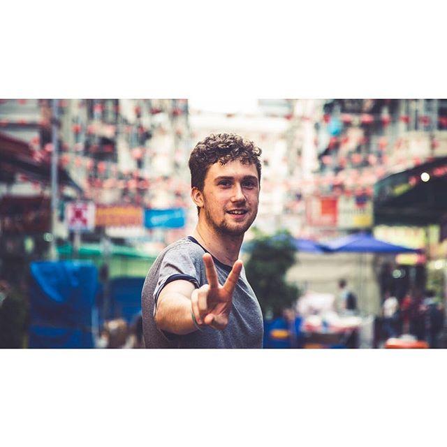 ✌️@phortlandia Enjoy the next year in Tokyo. . . . . .  #discoverhongkong #hongkong #streetphotography #streetportrait #explorehongkong #travelhk #streetvendor #kawloon #5dmarkiii #5dmk3 #canon5d #fullframe #streetphotographer #peace #✌️