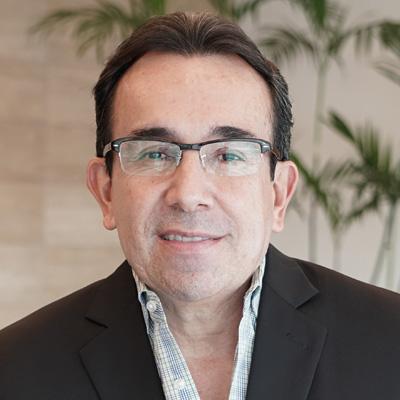 Juan Carlos Santos - CEO, BPO Asesores Empresariales & Chairman of the Board Holiday Inn Guayaquil Airport - Ecuador - El Sr. Santos es el CEO y propietario de BPO Asesores Empresariales. BPO es una firma especializada en consultoría financiera y gestión de proyectos, que opera desde 1999. BPO proporciona asesoría financiera en todos los campos relacionados con las finanzas corporativas, la banca privada y la gestión de proyectos con énfasis en la hospitalidad. El Sr. Santos tiene una Licenciatura en Administración de Empresas de la Universidad Laica de Guayaquil y una Maestría en Banca y Finanzas de la Universidad Federico Santa María de Chile. Tiene más de 20 años de experiencia en la industria de las finanzas públicas y privadas ecuatorianas. Ha ocupado puestos directivos en instituciones financieras como el Banco Bolivariano, el Banco Internacional, el Banco del Austro y otros. En la industria hotelera, su firma ha desarrollado el Holiday Inn Guayaquil Airport y actualmente está desarrollando Holiday Inn Quito Airporte Indigo Galápagos. Su firma también ha sido contratada como gerente de proyectos de otras inversiones hoteleras en Manta y Galápagos. Desde el 2014, el Sr. Santos fue miembro de la junta del Capítulo Latinoamericano y del Caribe de la Asociación de Propietarios en Intercontinental Hotel Group, y lo presidió de 2016 a 2018. Actualmente, es miembro de la Junta Global de la Asociación de Propietarios desde 2019.
