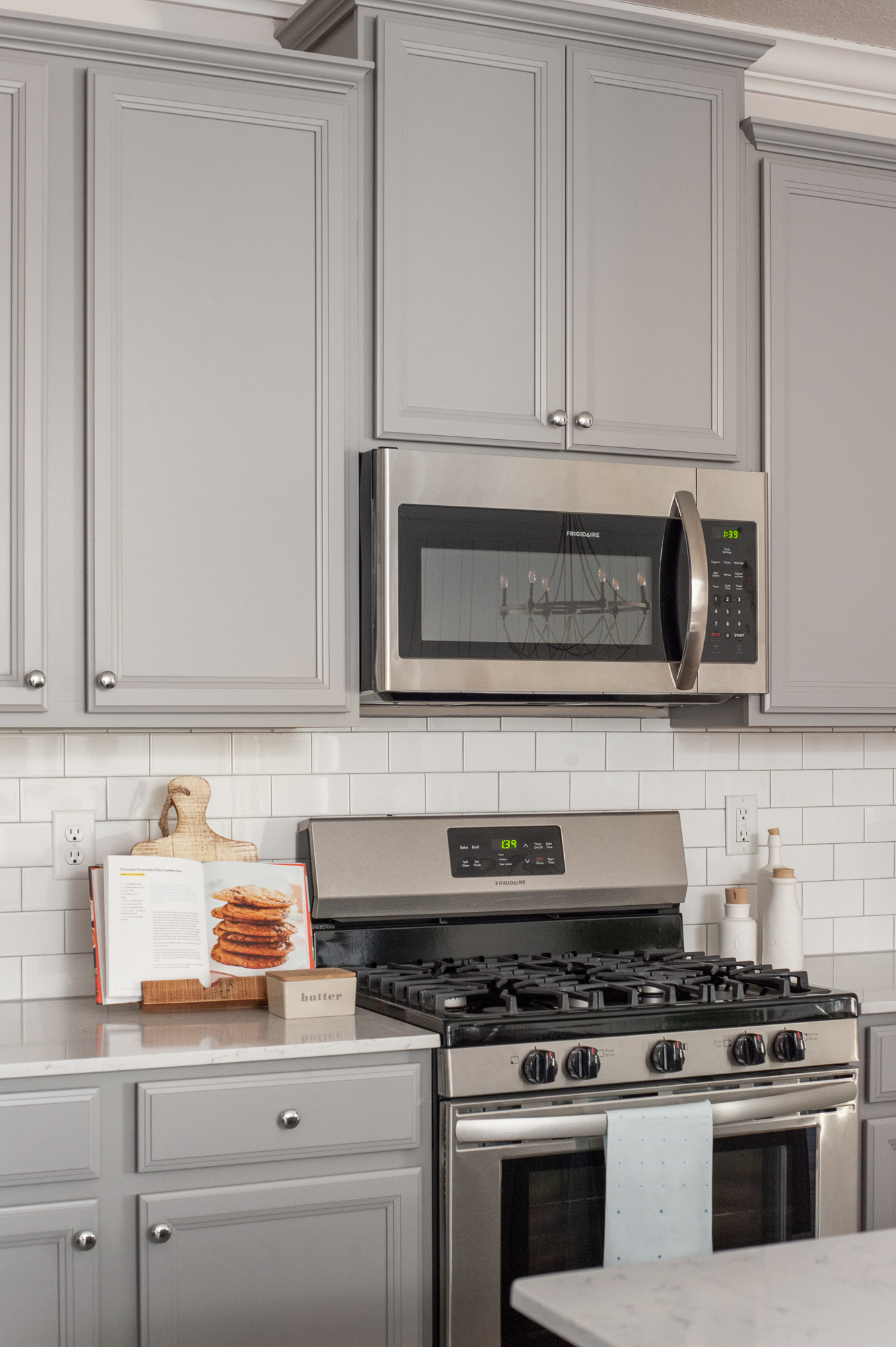 Micamy_Interior Designer_Design_Interior_Model_Merchandising_Kitchen_Grey_Cabinets_Forty West_Lennar_Place Setting_SubwayTile_Farmhouse_Gas Oven.jpg
