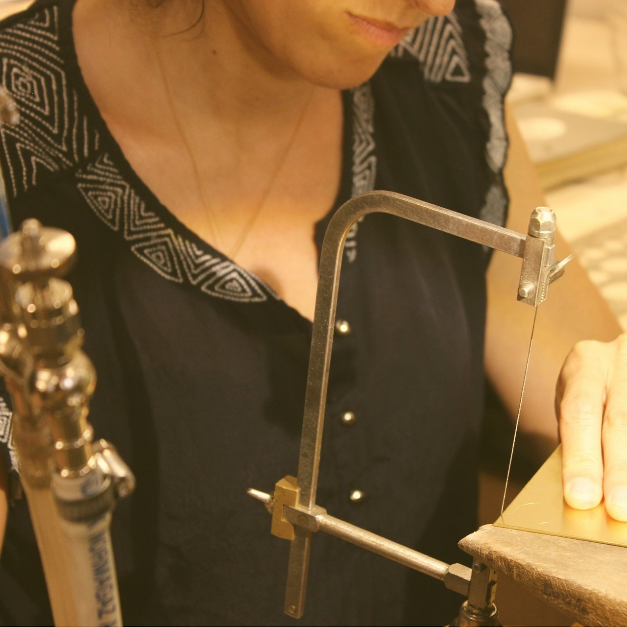 Forme du bijou : découpe du métal au bocfil