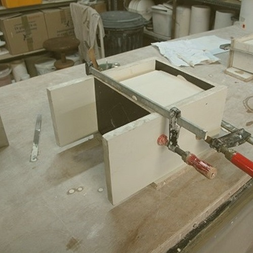 Fabrication d'un coffrage autour de la pièce à mouler et définition du moule et des plans de joints