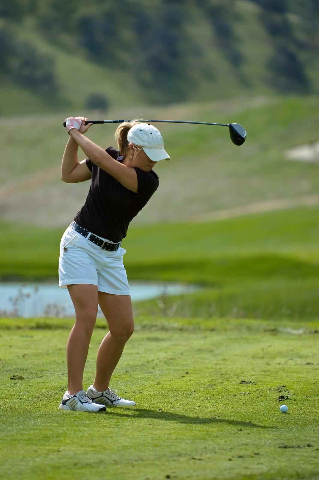 Woman_Golfer_Swinging_A_Driver_4948607.jpg