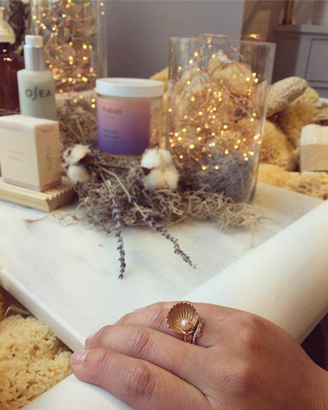 #tbt to visiting @follaindallas new store opening. Their lush tub and organic products make you look and feel beautiful just like wearing the Emergence Ring does!#follaindallas #cleanbeauty #leileejewels #beautyrecognized #jewelrydesigner #shellring #pearljewelry