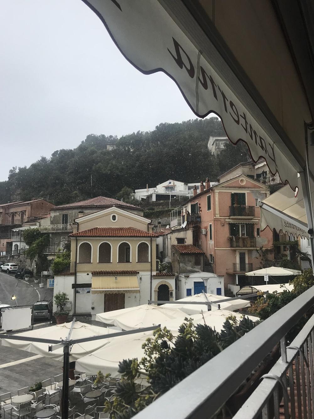 La vue (sous la pluie! ) depuis la terrasse du restaurant La Lanterna à Maratea