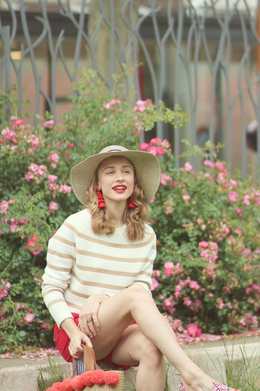 Femme chapeau de paille sac osier pull rayé