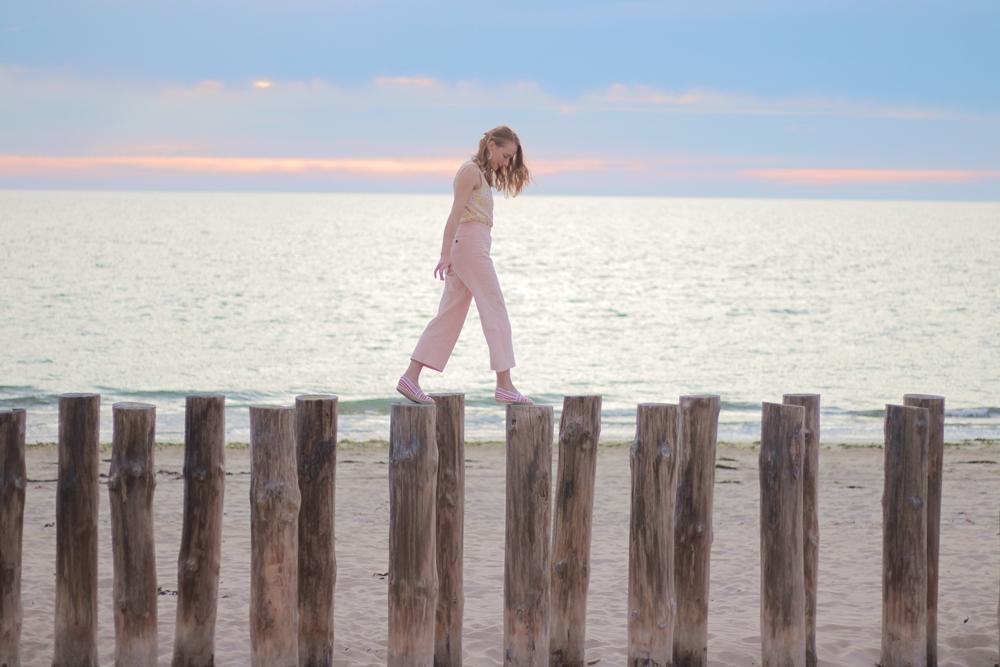 Femme plage rose sable velours fleurs