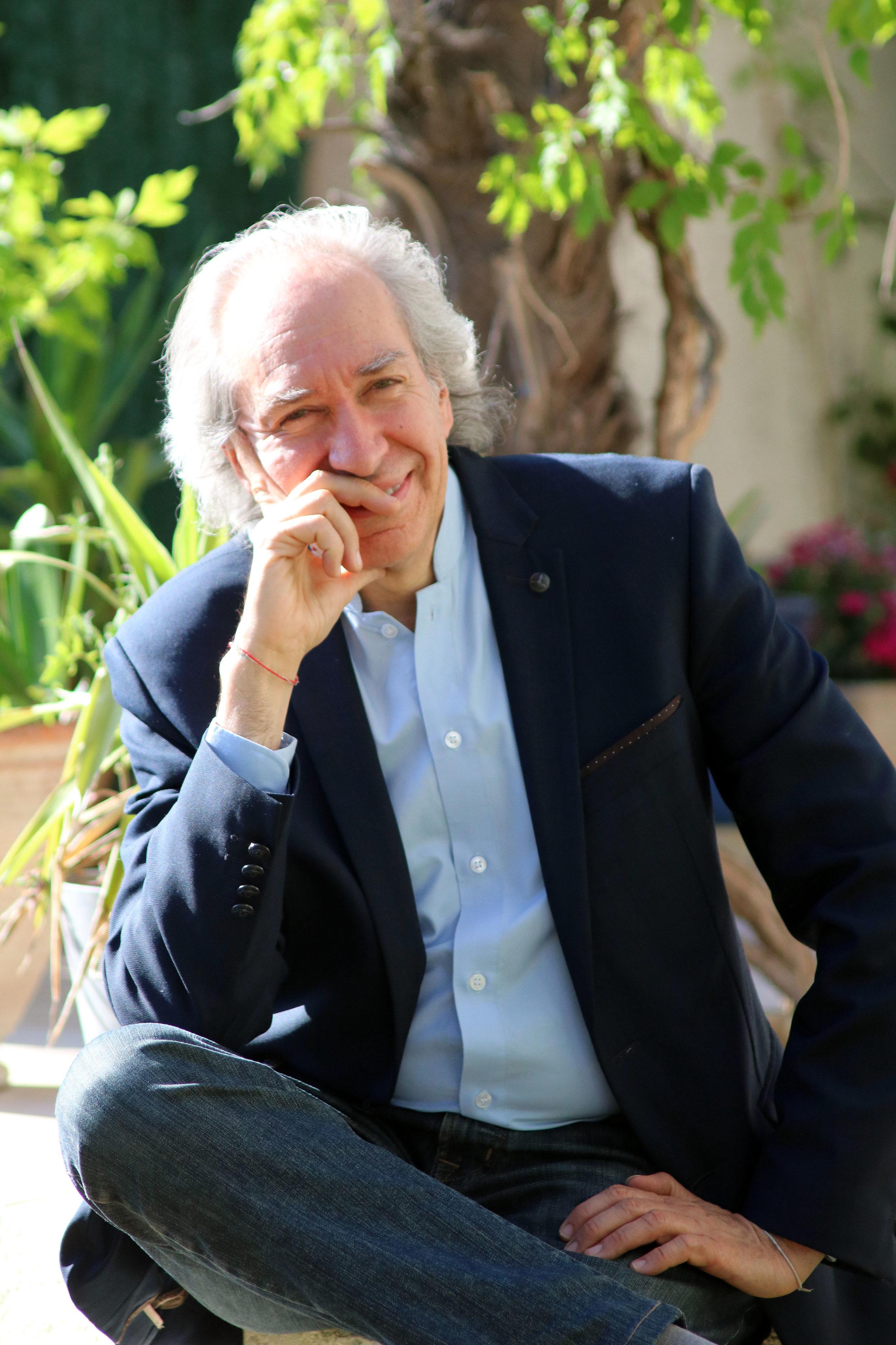 Philippe Bobola - Son parcours a d'abord commencé par un Doctorat en physique, puis la biologie qui l'a fait pénétrer la complexité du vivant et pour finir l'anthropologie, la psychanalyse adlérienne et le coaching sont venus compléter de façon évidente et naturelle cet itinéraire de « cherchant ».Loin d'être qu'une accumulation de connaissances théoriques, ce parcours lui a permis de mieux comprendre le monde de la matière et du vivant, de prendre conscience de ses croyances occidentales notamment lors de longs séjours chez les peuples premiers. A présent, il fait bénéficier les participants lors de ses formations de ce savoir pluridisciplinaire en leur faisant vivre un gai savoir libérateur, discernant et reliant.Philippe Bobola leur propose selon lui, d'acquérir les outils nécessaires à ce début de XXIème siècle sujet à de profonds bouleversements.