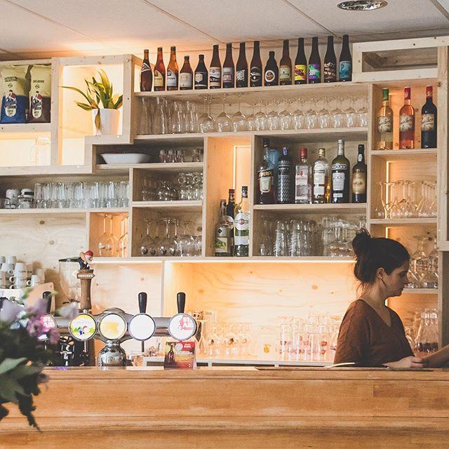 Altijd fijn om lekker te gaan eten tussen je eigen realisaties 😋 @de.kantine • • • #backbar #zithoek #houtbewerking #inrichting #interior #kast #wand #meubelmaker