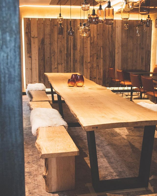 Bij @ferment_lennik kan je gezellig aanschuiven aan onze langste tafel tot nu toe! • • • #lifeedge #eik #hout  #burnedwood #tafel #zitbank #interior #interieur #woodwork #houtbewerking