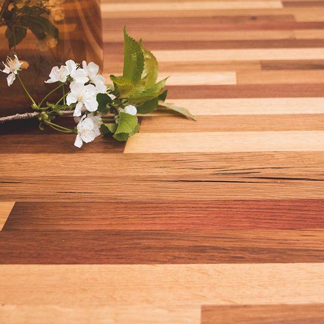 Gezellig pintje gedronken gisteren 🍻 Moest aan deze tafel denken gemaakt van biertonnen. Nog altijd helemaal fan van die kleurschakeringen en de eigenheid en textuur van het hout. • • • #bierfamilie #bier #bierton #tafel #meubelmaker #hout #houtbewerking #interieur #schaarbeeksekriek #bloesem #woodworking #interior