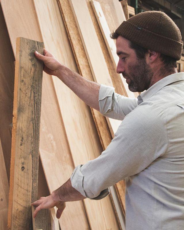 De mooiste planken worden gekozen om deel uit te maken van een ontwerp. Hout met karakter, mooie tekeningen en organische vormen trekken altijd mijn aandacht. De natuur zorgt er zelf voor dat elke plank uniek is. • • • #choices #wood #woodworking #houtbewerking #woodlove