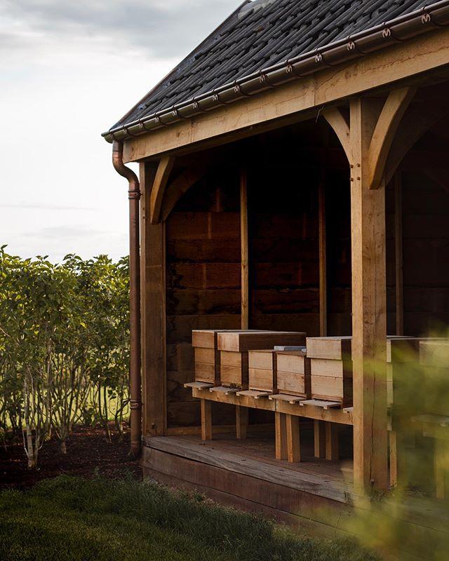 Dit bijenhotel is ondertussen al een maand af en de bijtjes doen het goed 🐝 • • •  #luxebijtjes #bijgebouw #eik #bijen #bijenhotel #houtbewerking #outdoor