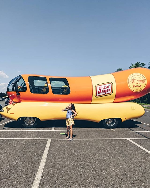 🌭'Cos Oscar Mayer has a way with B•O•L•O•G•N•A! 🌭 Talk about 90s goodness! We were just causally driving around when we spotted the @oscarmayer hotdog vehicle! So of course we had to pull into the parking lot to check it out and then we found out that they were giving out free hotdogs. 😱🌭🙌🏼 Since they're constantly driving around the USA we feel like this could have been a once in a lifetime experience! #thefettsadventureNewJersey