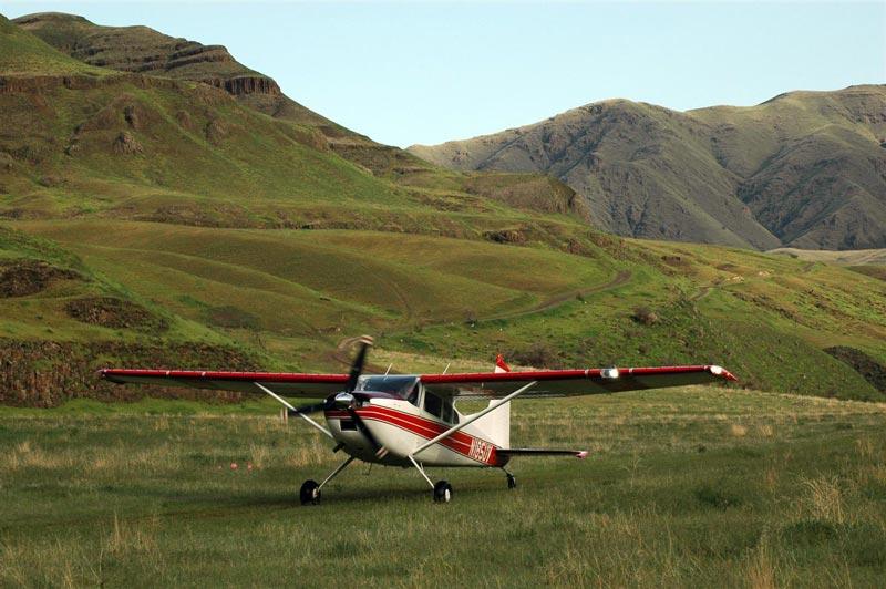 Cessna_185_skywagon_backcountry_airstrip.jpg