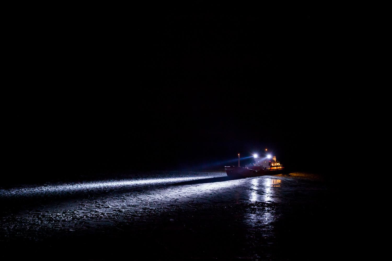 Ett fartyg som väntar på assistans av isbrytaren Oden