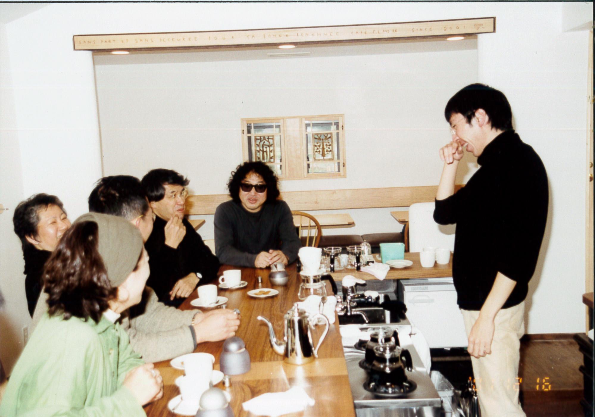 Cafe Flandre Opening Celebration - 12月22日設計して頂いた中村好文さんと奥様。レミングハウススタッフの上村さん。染色家の望月通陽さん。カップを製作して頂いた安藤雅信さん、外構デザインの鈴木奈津子さん、 家具を製作してもらった横山さん、建築施工してもらった中川製材さんと完成を祝いました。当日は、望月さんがカフェのH鋼に飾ってある板に焼きごてで装飾を施したり、外の塀に看板を描いて頂いたり、とても楽しい1日でした。