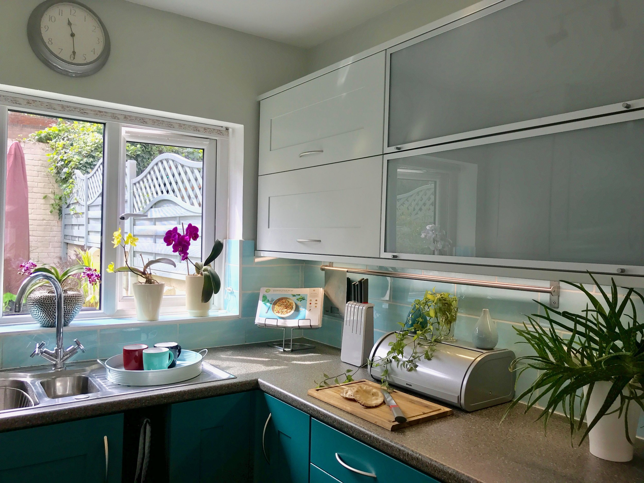 Walls and top cabinets in Pale Powder paint