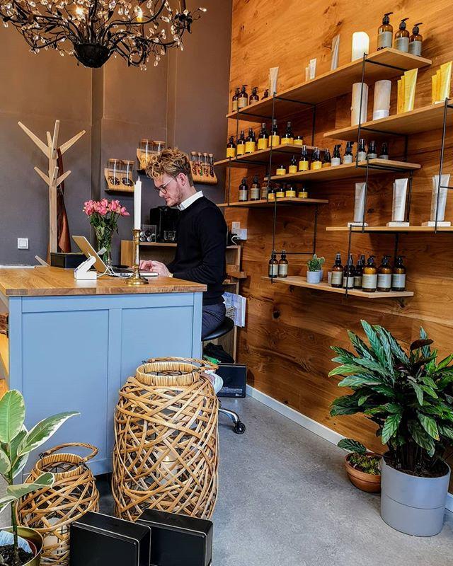 I mellem kunderne kan regnskabet blive lavet.. Husk der er stadig et par få ledige pladser idag til Valentines tilbuddet med en gratis hårkur ved en klipning.. 😉 Følg din lokale økologiske frisør på @kaarestigel #faxe #faxesundhedscenter #økologiskfrisør #økologi #biodynamisk #økologiskeprodukter #hår #haslev #dalby #rønnede #faxeladeplads #kårestigel #stigel #frisør #kvalitet #velvære #eksklusivoplevelse #eksklusiv #oway #organic #nystart #vigørdet #opgaverudafhuset #bryllup #håropsætning #stylist #makeupartist #vegaskeprodukter