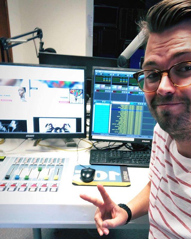 NIEUWS! 📻🙋🏻♂️ Nu overal op een antenne bij u in de buurt! Naast mijn passie voor fotografie heb ik ook een uitlaatklep voor mijn liefde voor muziek gevonden! Ik ben per 1 mei 2019 werkzaam als Radio-DJ bij @Haarlem105! Je kan me iedere vrijdag horen tussen 12:00 en 14:00 via 89.9FM of www.haarlem105.nl #haarlem105 #radio #ikzoeknogeensidekick #slideinmydm #yo