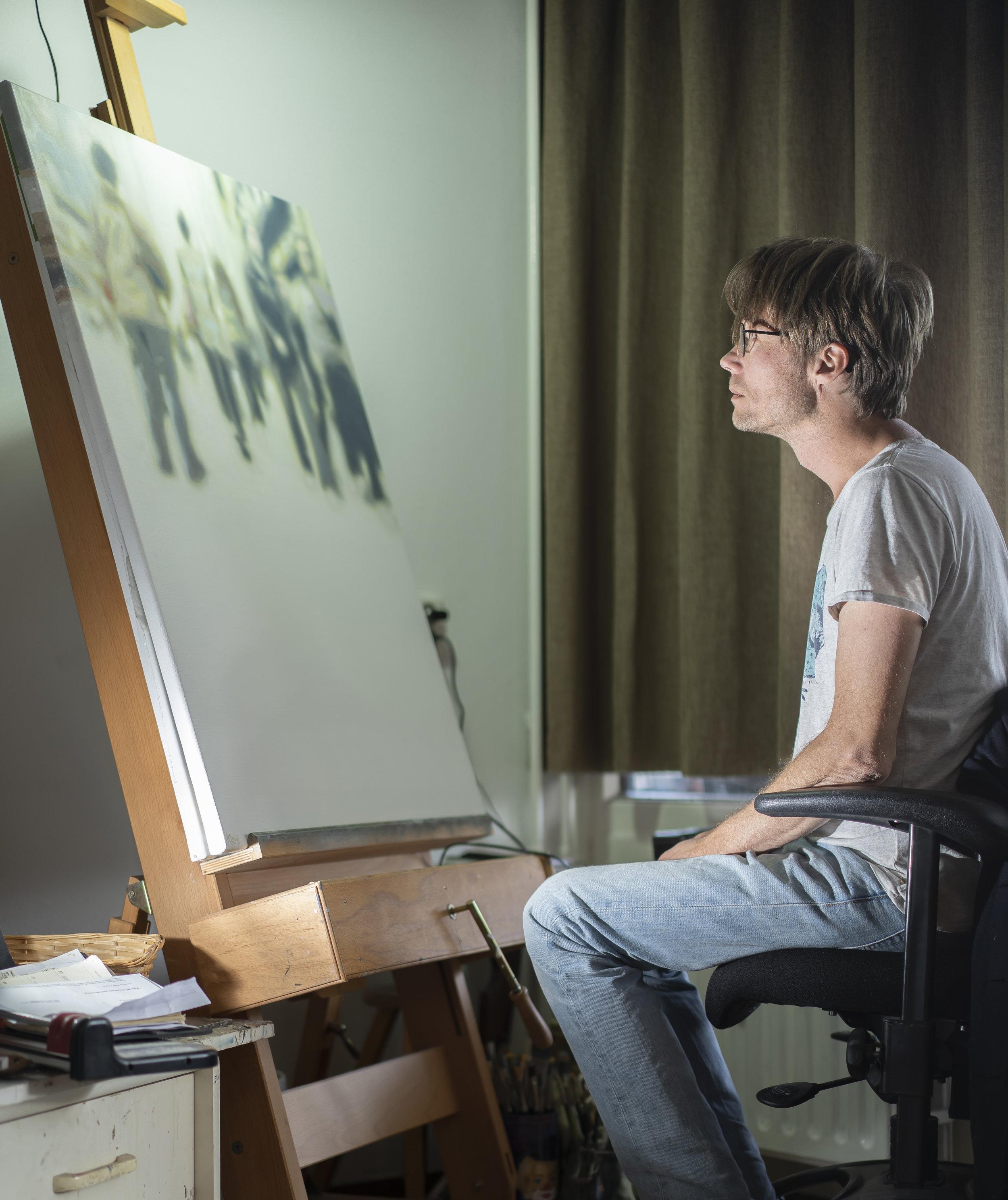 Marko Klomp in zijn atelier aan het werk (Foto: T. Merks).