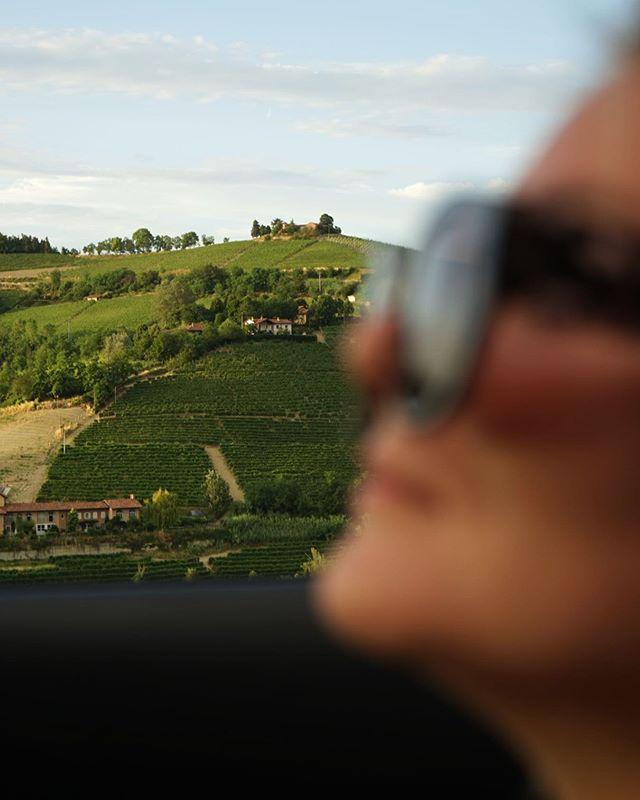 Måste hitta fler roadtrips 💁♀️🍇 Österrike? Sverige? Vad mer? . . . . #italyroadtrip #italianwine #italycountryside #albaitaly #rayban