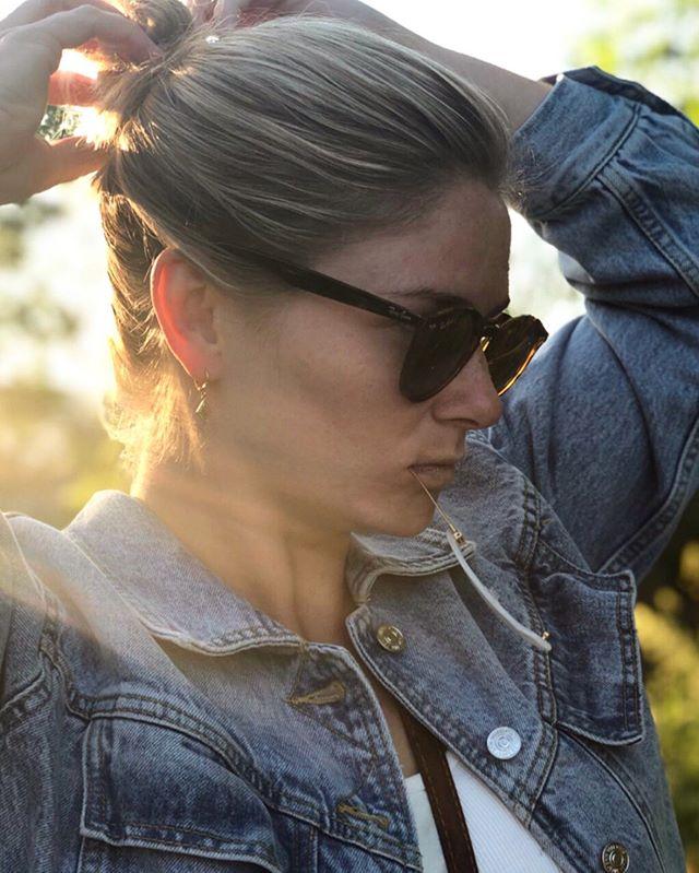 Ladda om och göra redo för resten av sommaren ☀️⚡️ btw, koden HH15-SEHN ger er som vanligt 15% hos Hermine Hold. Perfekt för bröllop, fest eller vardag 😊 . . . #herminehold #hermineheroes #jeansjacket #rayban
