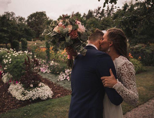 Jag vet inte vad det är med denna bilden, men det något som berör mig så mycket 😭 (ja jag kan bli berörd av mina egna bilder, erkänner fullt ut). Det är roligt att instruera brudparet, att fixa och dona så bilden blir exakt sådan man vill ha den, men det här är en nivå högre. Allt bara sker, det är ögonblick. Så äkta det kan bli. Sekunderna efter de har fått se varandra 🧡 . . . #firstlook #bröllopsfotograf #bröllop #bröllop2019 #fotografstockholm #brudpar #nyckelviken #weddingphotographer