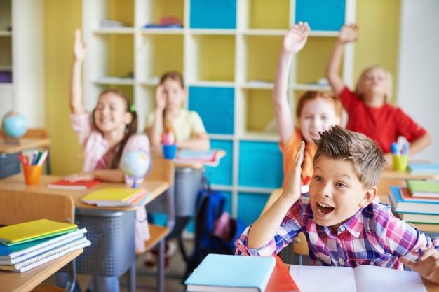 criancas-na-sala-de-aula-com-as-maos-para-cima-deles_1098-301.jpg