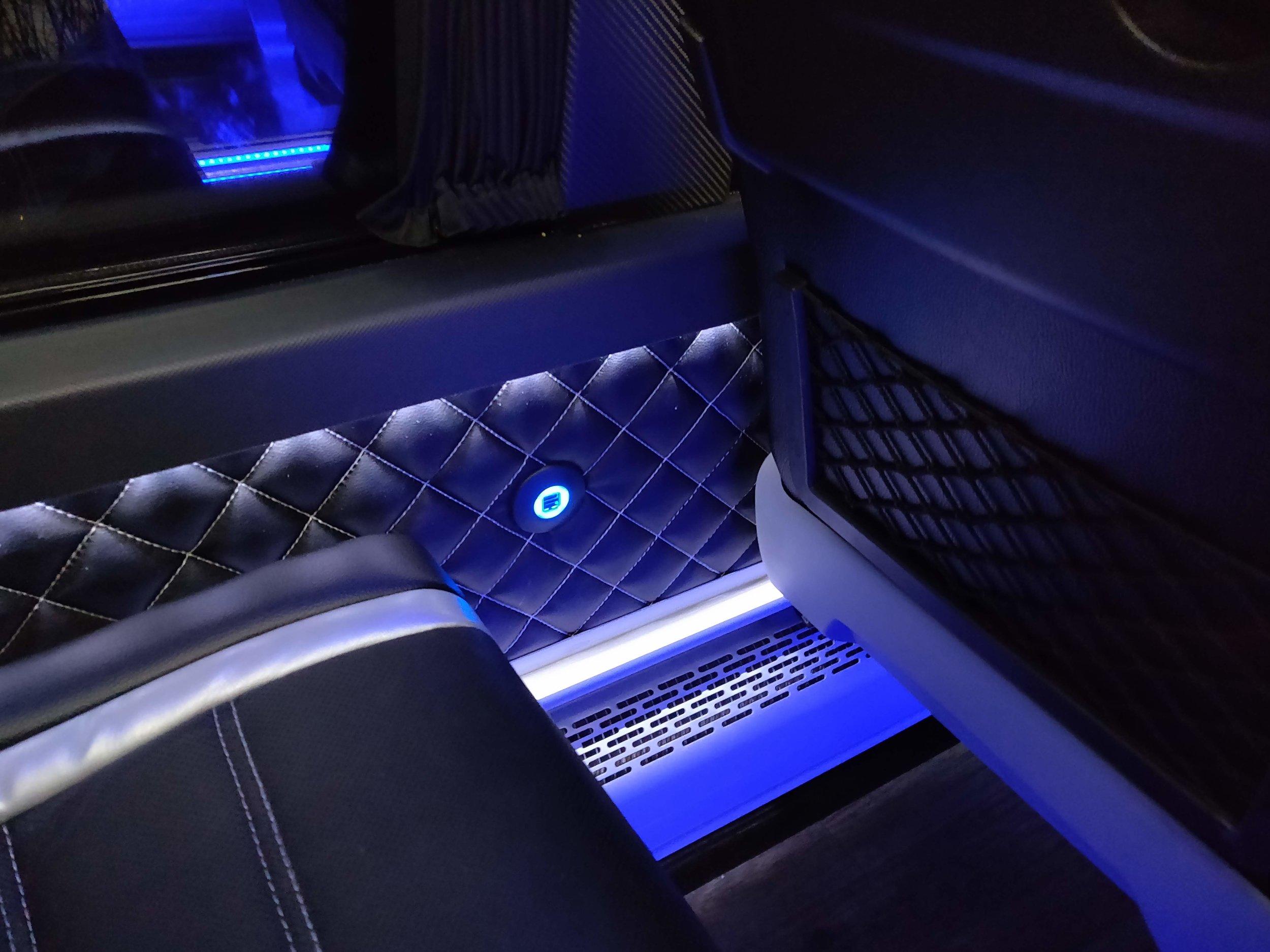 Pikkubussissa on myös USB-latauspaikat lähes jokaisella penkkirivillä.