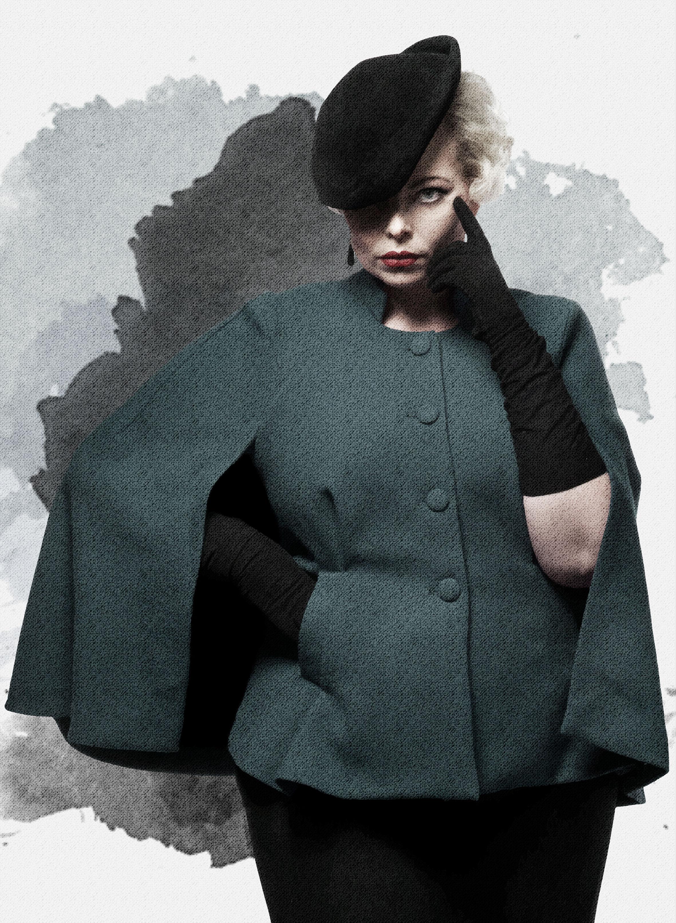 No. 15 Barcelona - Denne kappe er inspireret af kvinden der ikke er bange for at stå op for sig selv. Den er lavet som en klassisk kappen men denne giver dig både talje, en skarp skulderlinje og det smukke fald på ryggen.