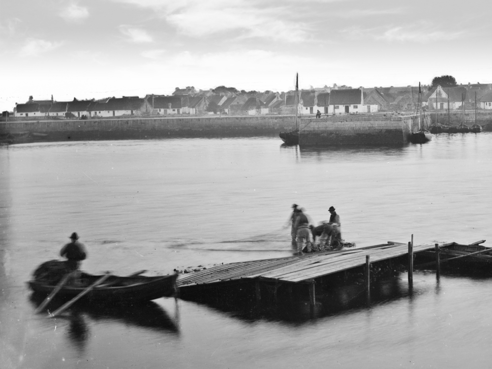 thatched_cottages_traditional_history_claddagh_long_walk_galway_view_historical_fishermen.jpg