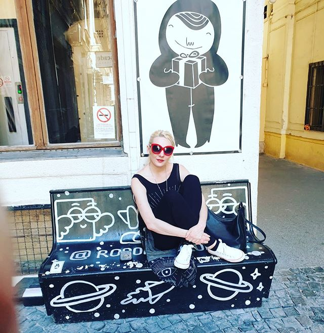 Blending into Budapest like a pro. My new velvet sunglasses pop in this shot ❤️🖤🌹☀️ . . . . . #budapest #instagood #instastyle #personalstylist #blendingin #fashionblogger #outfitinspiration #ootd #red #blackandwhite #europe #holiday #yorkshirefashion