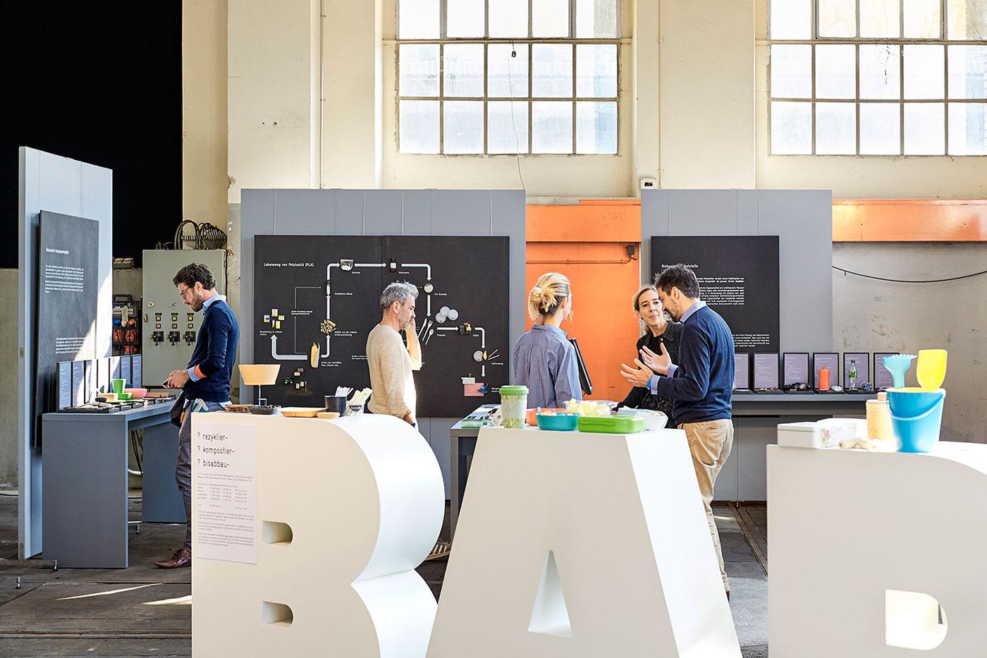 Design Biennale Zürich 2017, Materialien von Morgen: Biokunststofe, Material-Archiv (Foto: Luca Zanier)