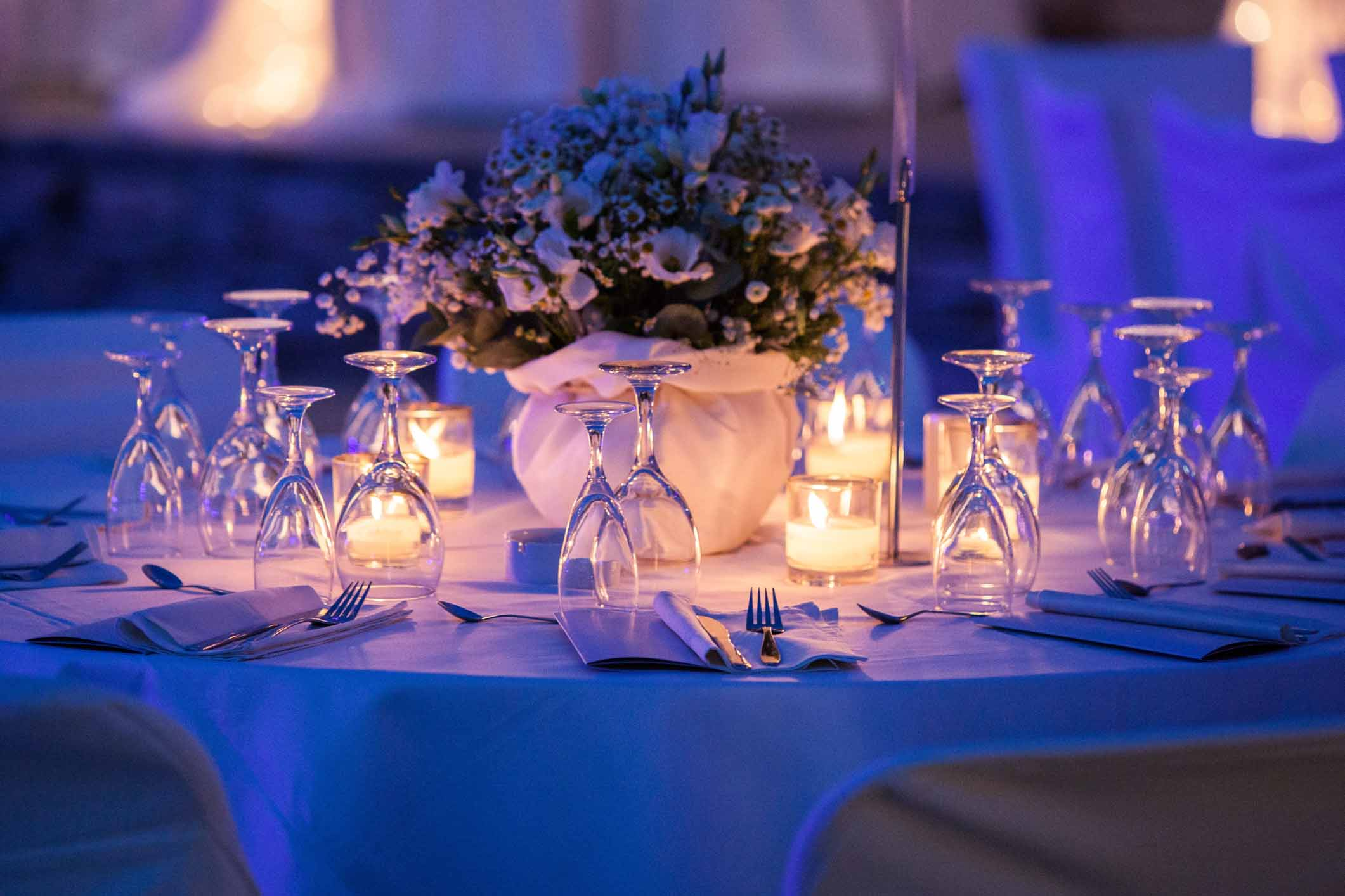Küünlavalgus sinise LED-valgusega õhtusöögil