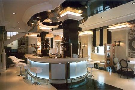 BEAU BRUMMEL - Ateena üks paremaid ja kallemaid baar-restorane, mis on pärjatud Michelini tähega. Nende lounge baari pidudel käivad Kreeka kuulsused. Muusikastiil: eklektiline lounge, happy jazz, soul disco.