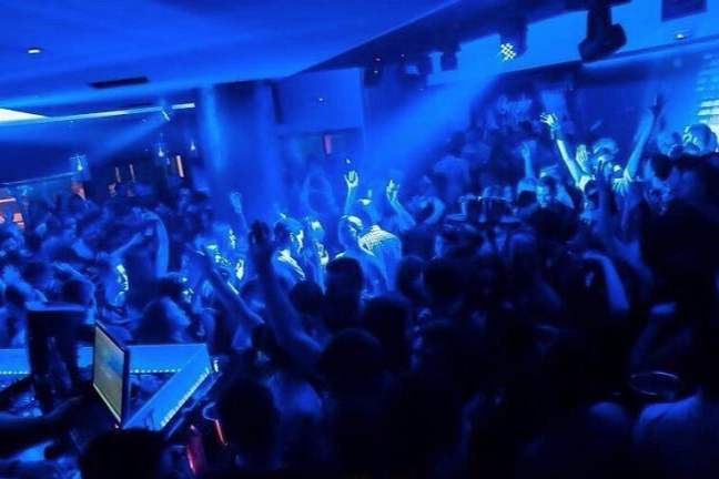 FLIGHT - Korinthose vanim ja kuulsaim ööklubi, kus mängitakse nii house'i kui Kreeka popmuusikat.