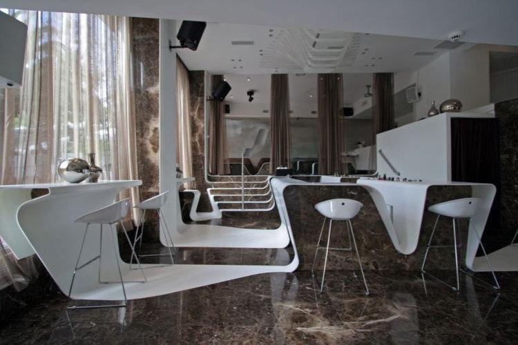 FRAME BAR - Ajakirjas Wallpaper ära märkimist leidnud stiilne baar asub popis Kolonaki linnajaos. Sisekujunduselt 60-70ndad, muusika osas - lounge, lounge beats, valitud meinstriim ja house.