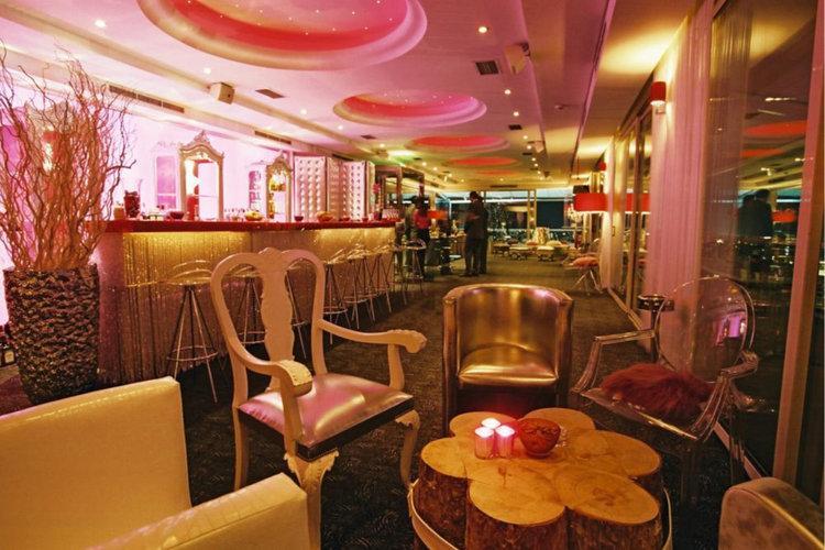 LE GRAND BALCON - Baar-restoran, mis asub St.George Lycabettus hotelli katusel ja kust avaneb hingemattev vaade Ateenale. Menüü on koostanud kuulus peakokk Hector Botrini, muusikamenüüs eklektline lounge ja easy listening.