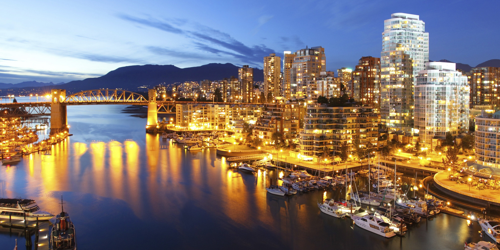 - Discover Vancouver. Located at the downtown waterfront of Vancouver, our luxury hotel's rooms and suites offer modern comfort with sweeping city, harbour or mountain views. Complete with luxurious amenities as well as spacious living and dining areas, a relaxing stay awaits. Embark on a diverse culinary journey with our award-winning restaurants, bar and gourmet marketplaces.panpacific.com
