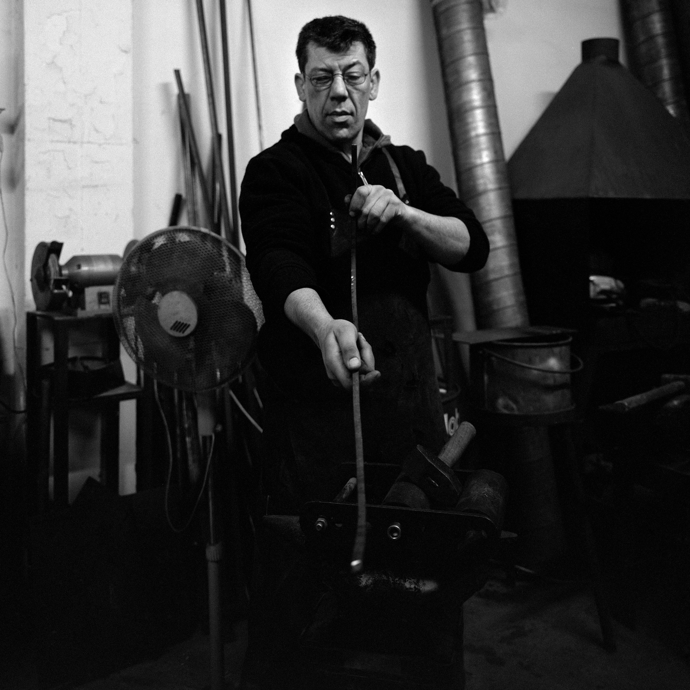 Martin Rommelaere - Né en 1969 d'un famille d'artisans chevronnés, Martin découvre la ferronnerie à l'adolescence, passion qui ne le quittera plus dès lors. Après avoir acquis une solide experience dans son milieu professionnel, et continuant d'apprendre sans cesse de nouvelle technique, arrivé à l'âge de raison, Martin se lance dans la transmission. Rejoignez la Forge Tembo et apprenez un artisanat séculaire.