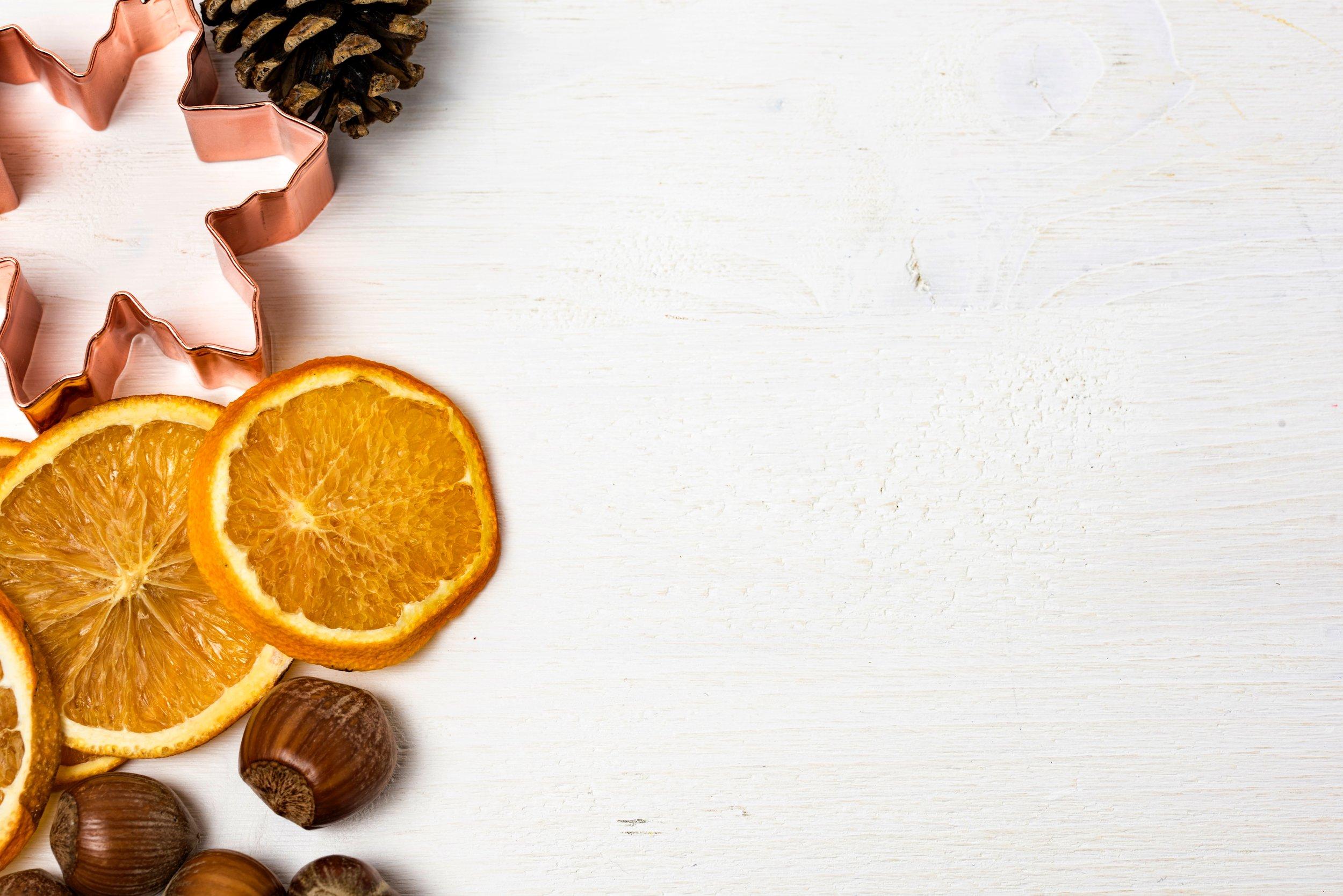 Dessert - Vanilj-Ris á la Malta med pistagenötter och röda bärChokladtårta med vispgrädde och halloncoulis