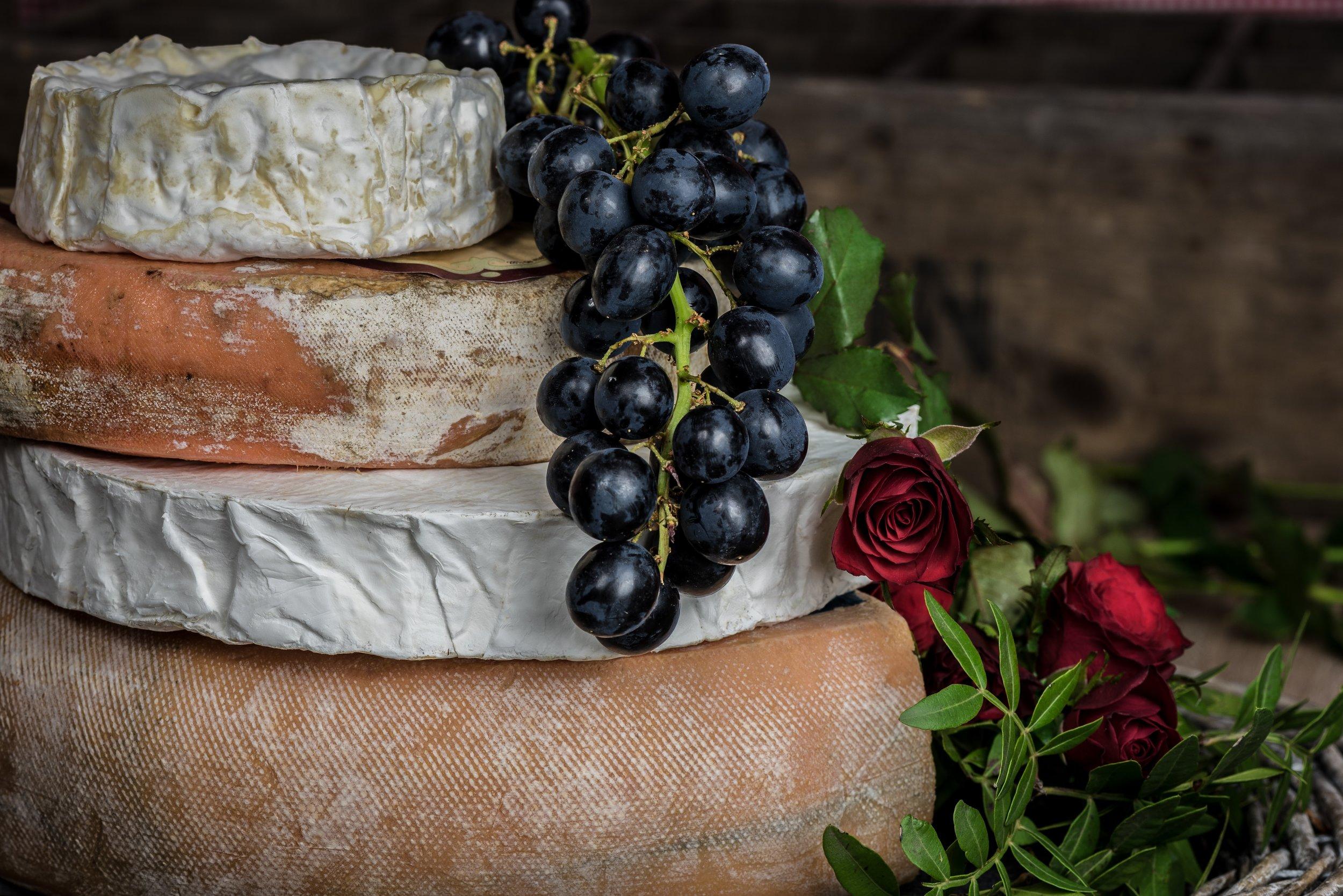 Ostbricka (Tillval 55kr) - Tre sorters ost serveras med kex, druvor samt aprikos&chilimarmelad