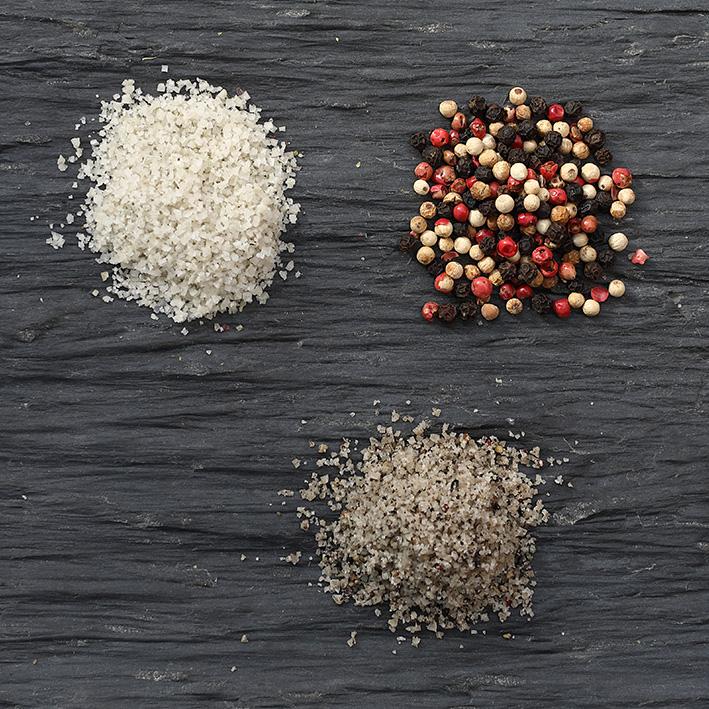 Sel fin aux 3 baies concassées - Des poivres noirs et blancs du Sri Lanka et des baies roses de Madagascar, il agrémentera vos tartares d'une petite touche florale et boisée très rafraichissante. La petite note aromatique idéale !