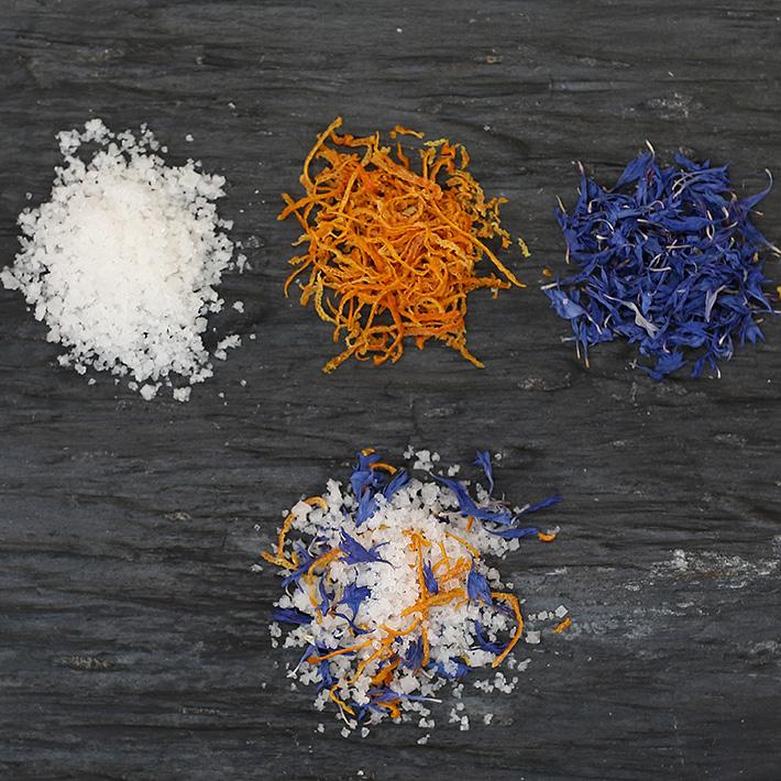 Fleur de sel au citron bergamotte et aux pétales de bleuets - De la couleur et des arômes acidulés, une combinaison idéale dans vos salades ou pour assaisonner vos sauces.