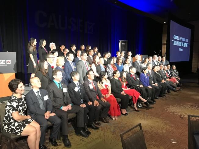 亞美政聯26屆年會上,受邀嘉賓及部分理事會成員合影。(記者啟鉻/攝影)
