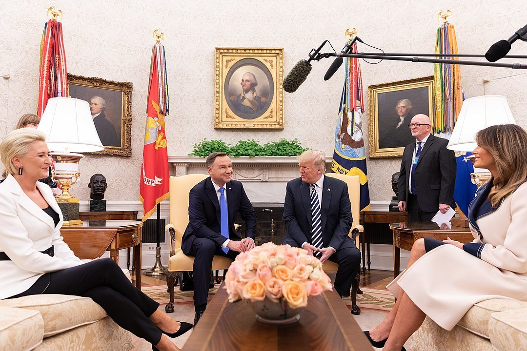 1080px-President_Trump_and_the_First_Lady_Welcome_the_President_of_the_Republic_of_Poland_and_Mrs._Agata_Kornhauser-Duda_44720926512.jpg