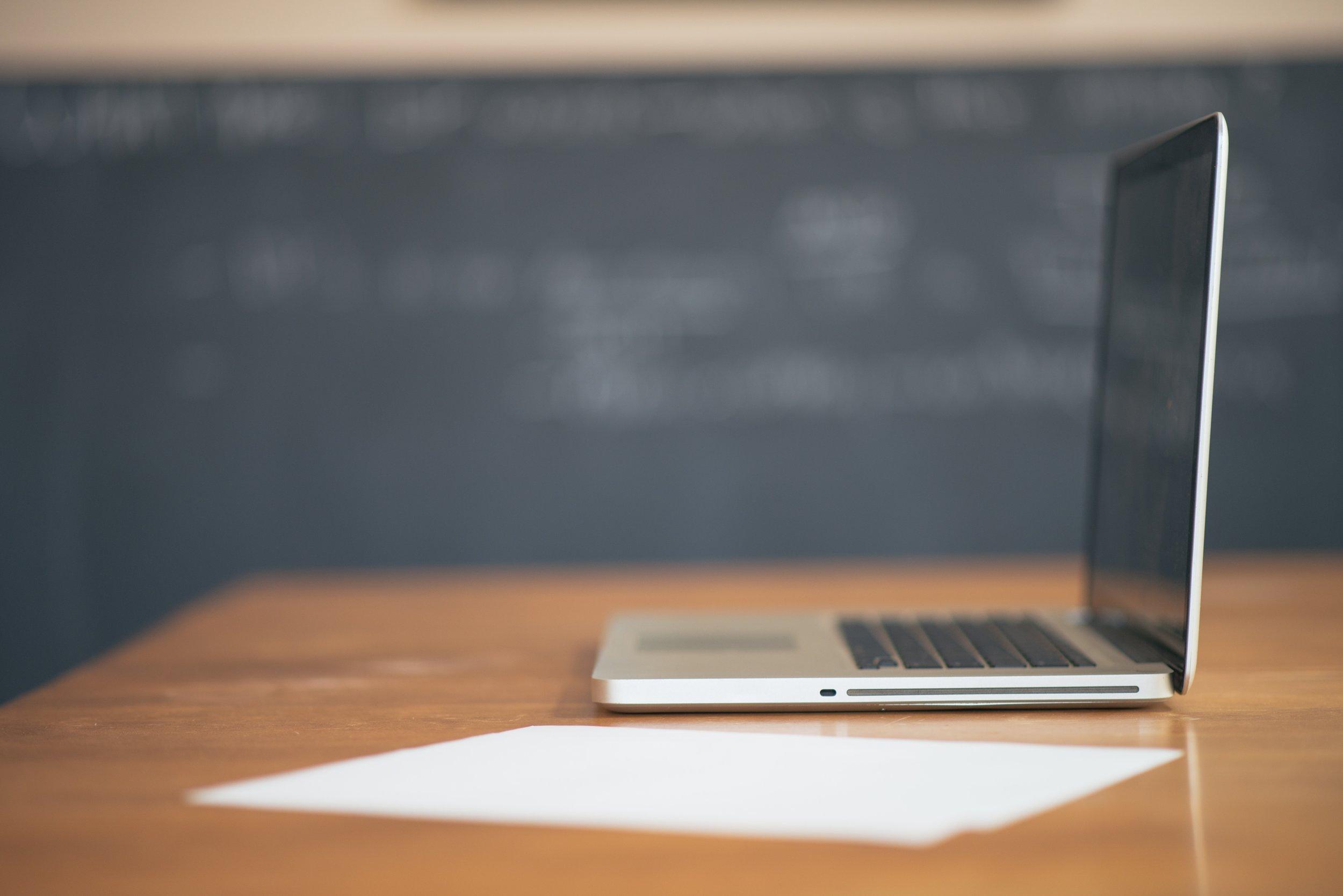 apple-desk-laptop-6565.jpg