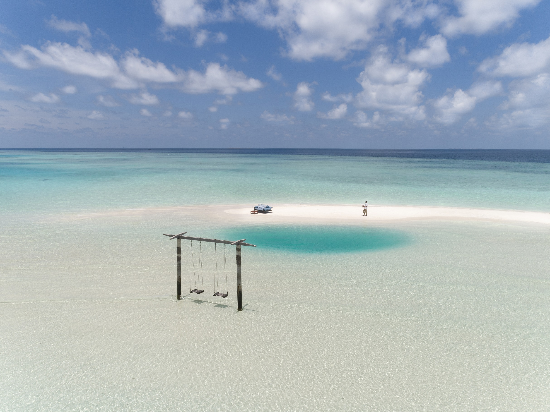 Naladhu_Private_Island_Gulhifushi_Champagne_Service (1).jpg